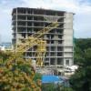 Строительный кран упал натерриторию частного дома вАнапе, пострадал крановщик