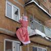 Междуреченский дедушка Мороз лазит вокна многоэтажек