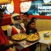 Робот-официант в одном из ресторанов Пакистана активно завлекает туристов