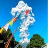 Внезапное извержение действующего вулкана Индонезии Мерапи заставляет жителей и туристов острова Ява эвакуироваться