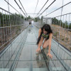 В Китае между двумя пиками перекинули стеклянный мост