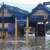 Отель в Малайзии с более чем 100 туристами отрезан наводнением от цивилизации