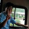 Главное — не падать духом: китайские туристы танцевали на автомагистрали после поломки автобуса