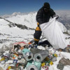 Десятилетия коммерческого альпинизма превратили гору Эверест в самую высокую в мире мусорную свалку