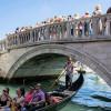 Посетители Венеции могут быть оштрафованы на сумму до € 500 за сидение в неположенных местах