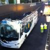 С двухэтажного туристического автобуса срезало крышу в ДТП на севере Франции