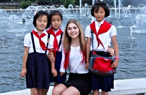 россиянка с северокорейскими пионерами