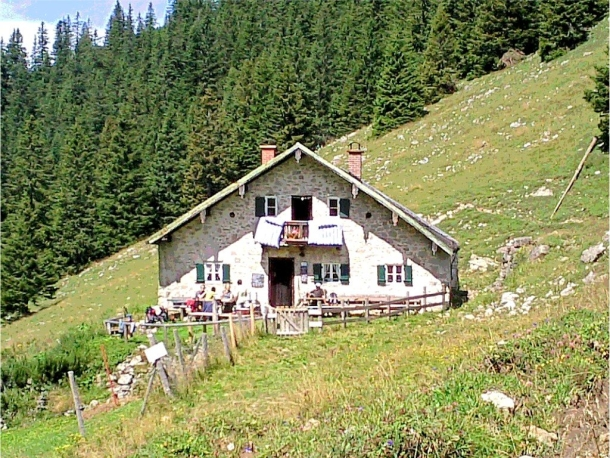 альпийская хижина находится на высоте почти 1250 метров над уровнем моря