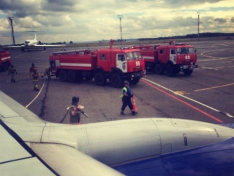 К самолёту экстренно прибыли пожарные машины