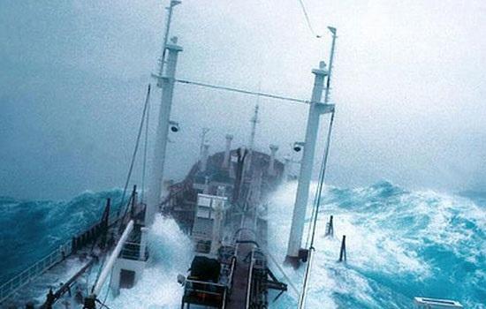 Пассажир подал в суд на туристический лайнер Royal Caribbean за небрежное отношение к отдыхающим в штормовую погоду
