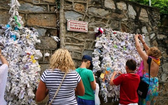 Необычное место - Стена желаний у домика Девы Марии