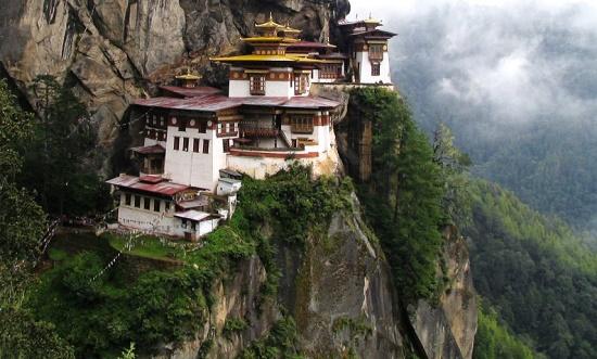 Монастырь Такцанг-лакханг - висящее на скале сооружение в Паро
