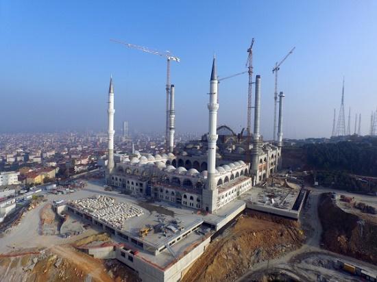 Крупнейший полумесяц в мире украсил мечеть в Стамбуле