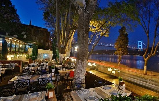Весна - лучшее время для продолжительных завтраков на открытом воздухе в Стамбуле