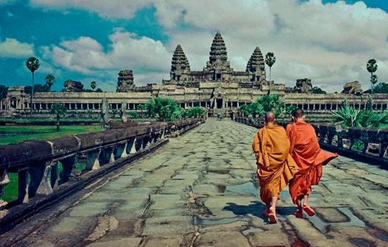 Плавающий мост в Ангкор-Ват в Камбодже является доступным для иностранных туристов