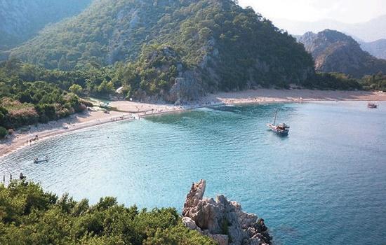 Скалистые пляжи Кандыры обещают восхитительный отдых в Турции