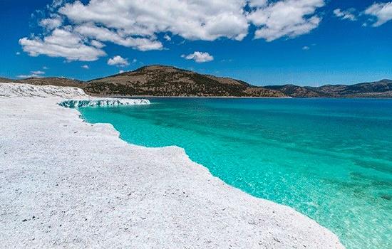 Озеро Салда в Турции привлекает туристов своими бирюзовыми водами и белыми песками, напоминающими Мальдивы