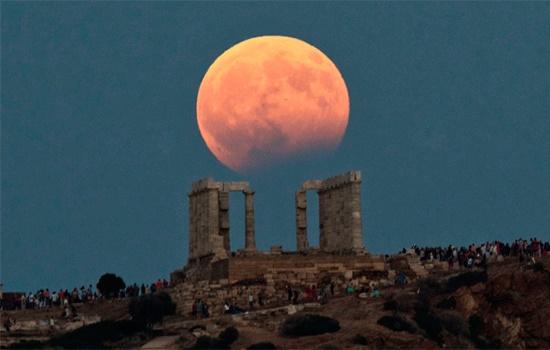 Частичное лунное затмение наблюдалось по всей Турции