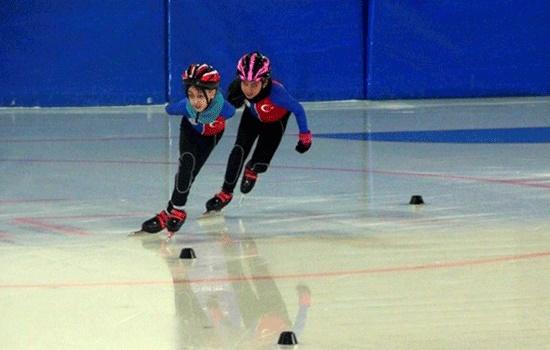 Местные жители Эрзурума в Турции наслаждаются катанием на коньках в палящую жару