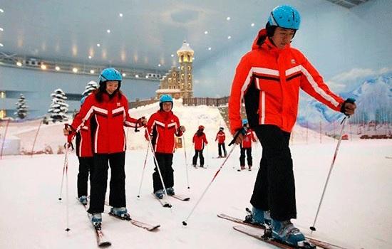 Китайские лыжники наслаждаются отдыхом от жары в крупнейшем в мире крытом лыжном парке