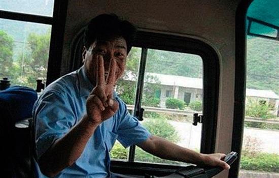 Главное - не падать духом: китайские туристы танцевали на автомагистрали после поломки автобуса