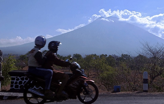 Угроза вулкана вредит туризму Бали