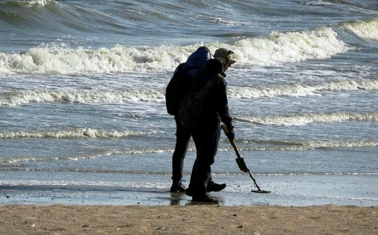 "На опустевшие пляжи Анталии массово вышли охотники за ""сокровищами"""