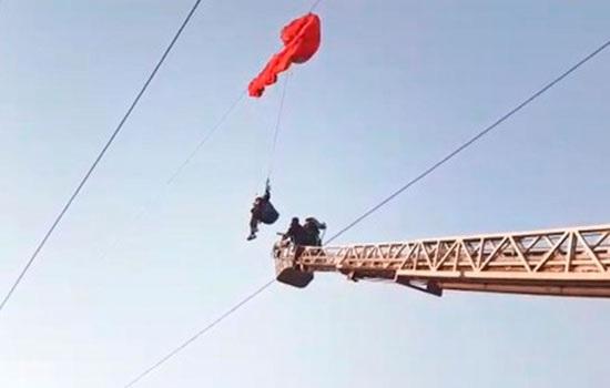 Параглайдер провисел 2 часа на линии электропередач на юге Турции