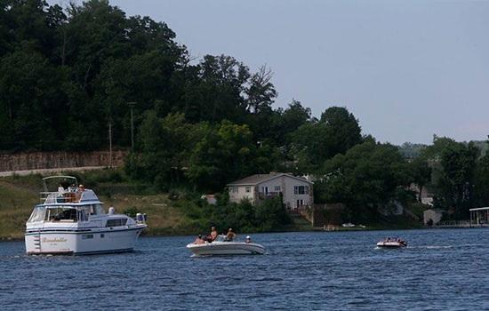 Причины стремительного роста туризма вокруг озера Озаркс в Миссури