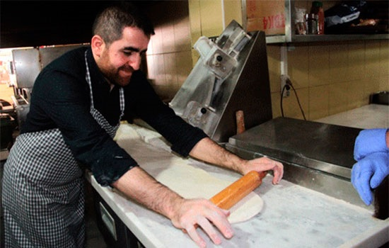 Более 20 поваров создают 34-метровый лахмакун в турецком городе Элазыг