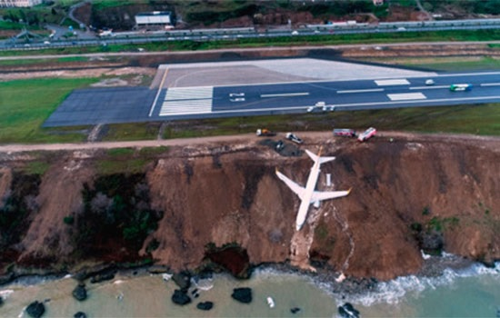 Пассажирский самолет в Трамбозе соскользнул с взлетно-посадочной полосы вниз по набережной