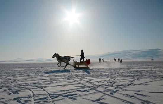 Туристы и местные жители активно катаются на санках, ловят рыбу на северо-восточном замерзшем озере Чилдыр вТурции