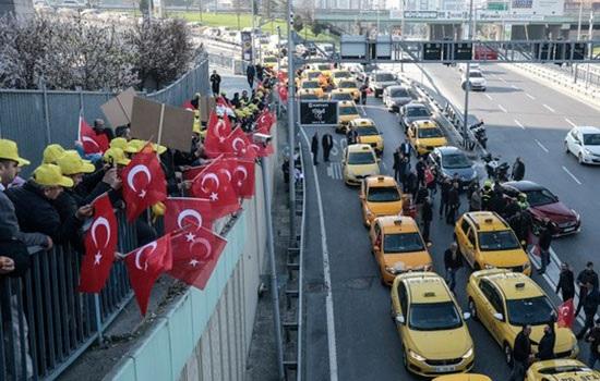 Пользователи социальных сетей вчера запустили хэштег «Do not Touch Uber» в Стамбуле