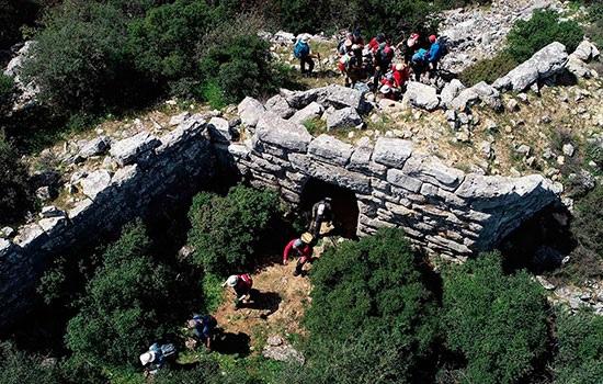 Маршрут Эфес-Мимас, который пересекает Эгейскую провинцию Измир, обеспечивает живописное путешествие для треккеров