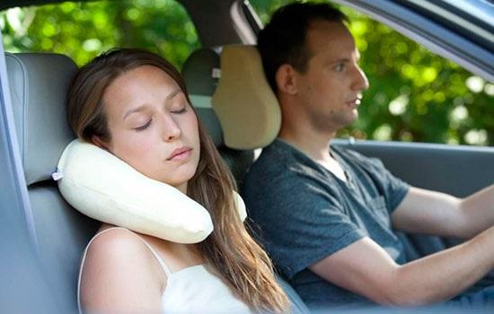 Дорожня подушка — важливий предмет для комфортної подорожі