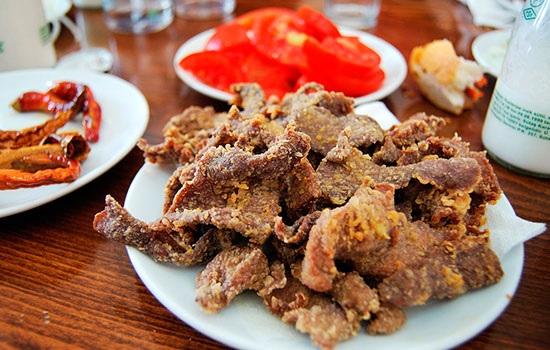 Турецкие повара обжаривают печень в крупнейшей в мире кастрюле, чтобы установить рекорд Гиннеса