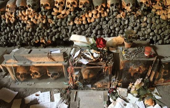 Кладбище Фонтанелле в Неаполе — самое темное, интригующее и часто посещаемое место итальянского города