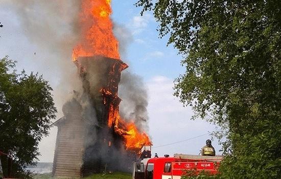 Подросток-сатанист подозревается в сжигании уникальной церкви из дерева в России