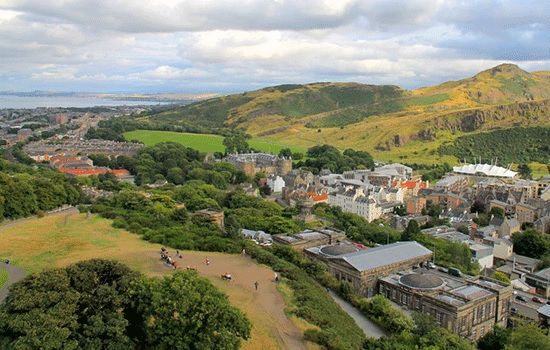 Эдинбург — европейский мегаполис с девственными холмами