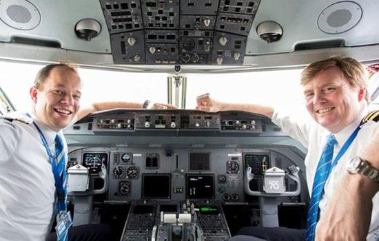 Голландский король пилотирует на Boeing 737 из Амстердама в Стамбул