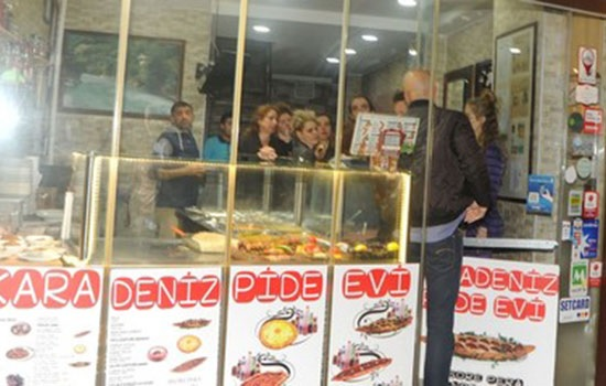 """Звезда """"Сумерок"""" Кристен Стюарт приехала в Стамбул и наслаждается турецкой кухней"""