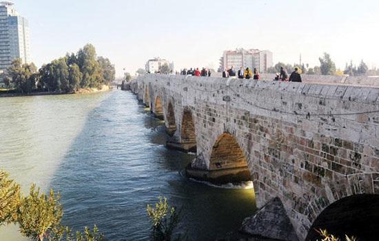В турецкой Адане расписали граффити исторический мост
