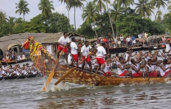 Южно-индийский штат Керала празднует Новый год с гонкой на лодках-драконах