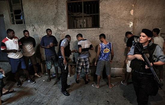 В Рио-де-Жанейро десятки туристов, путешествующих пешком по статуе Христа, были ограблены под дулом пистолета