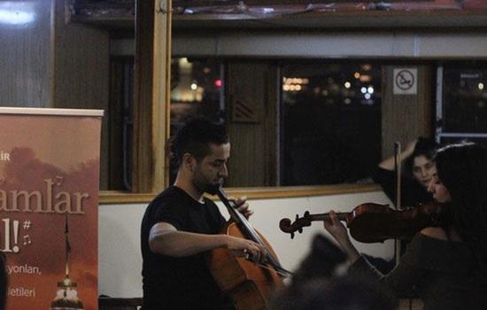 На станциях метро и городских паромах жители Стамбула каждый день могут наслаждаться живой игрой профессиональных музыкантов