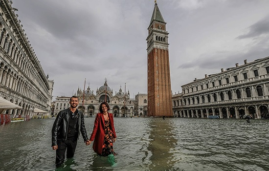 Высокая арендная плата вынуждает семьи коренных жителей выезжать из Венеции, которая продолжает наполняться туристами