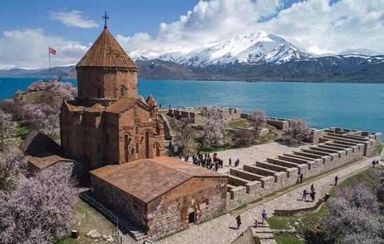 Древняя Акдамарская церковь на озере Ван привлекает туристов в восточную Анатолию