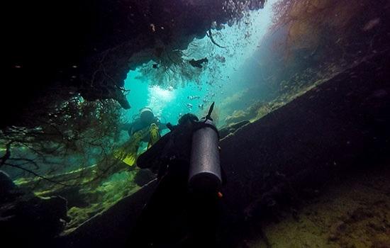 Потрясающий дайвинг на кораблекрушениях в заливе Корон
