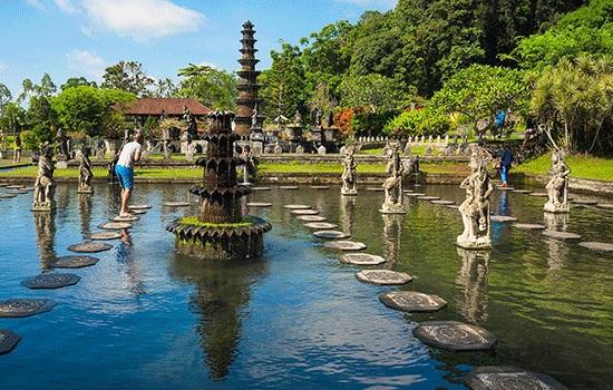 Водный дворец Тиртаганга на востоке Бали в Индонезии