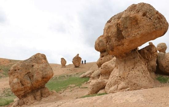 Скалы странной формы в Сивасе центральной Анатолии теперь являются популярной туристической зоной